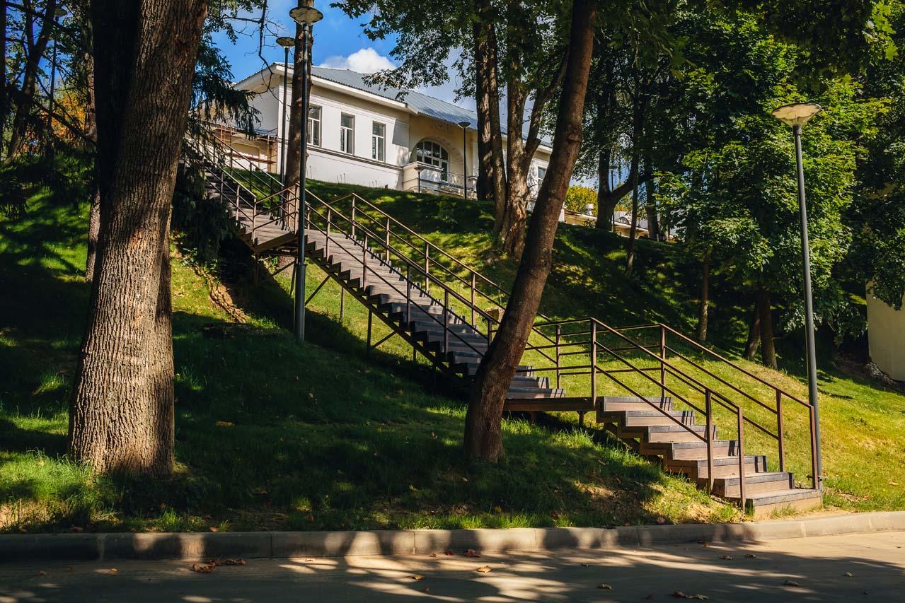 Лестницы между корпусами санатория Истра